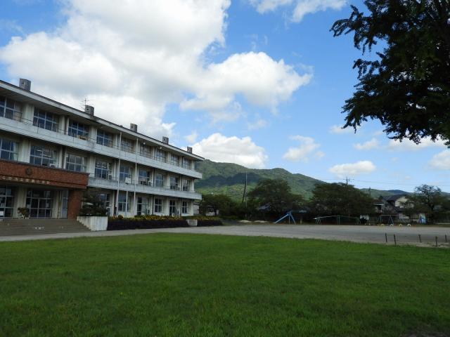 芝生と校舎