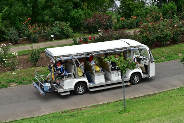 園内バスに乗って楽しそうな2年生です。