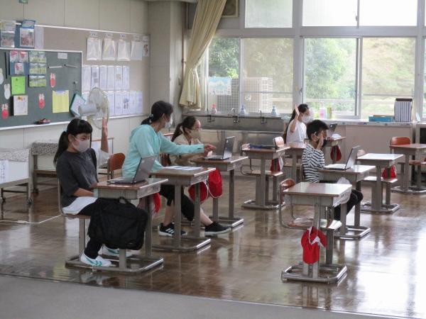 登校した児童もオンラインで授業に参加