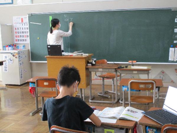 先生は子供たちの学習状況を確認しながら学習を進めています。
