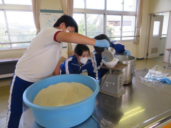 山びこ田んぼの餅米を収穫しました